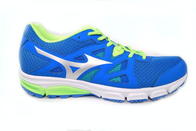 mizuno running shoes vs asics blue