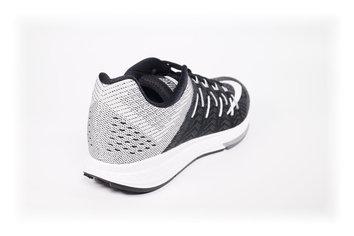 Una zapatilla de flexibilidad limitada y de perfil clásico con tendencia a la baja.