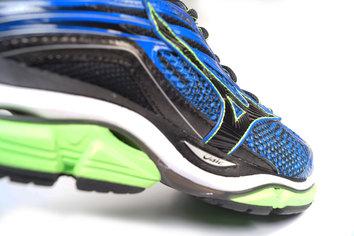 Zapatilla de entrenamiento con larga durabilidad devorando kilómetros