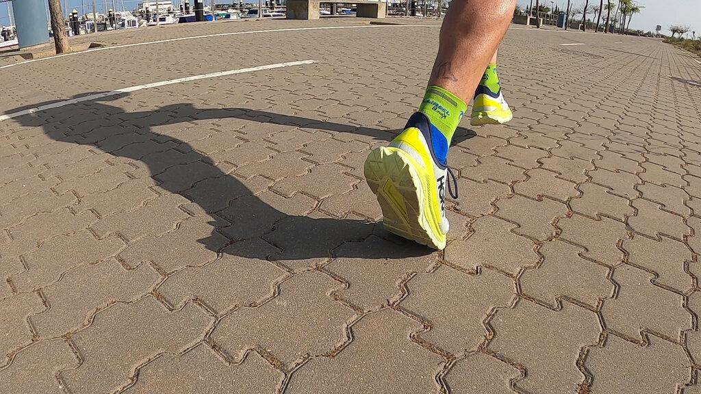 Debido a su anchura se convierte en una zapatilla estable incluso en terrenos menos compactos